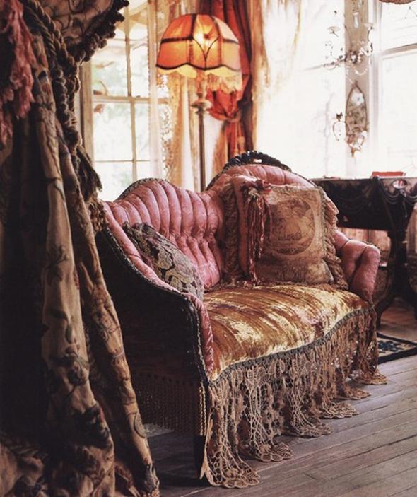 """""""Bogate"""" zavese od teških materijala daju posebnu toplinu prostorijama uređenim u boemskom stilu, čak i onda kada izgledaju pomalo dotrajalo"""