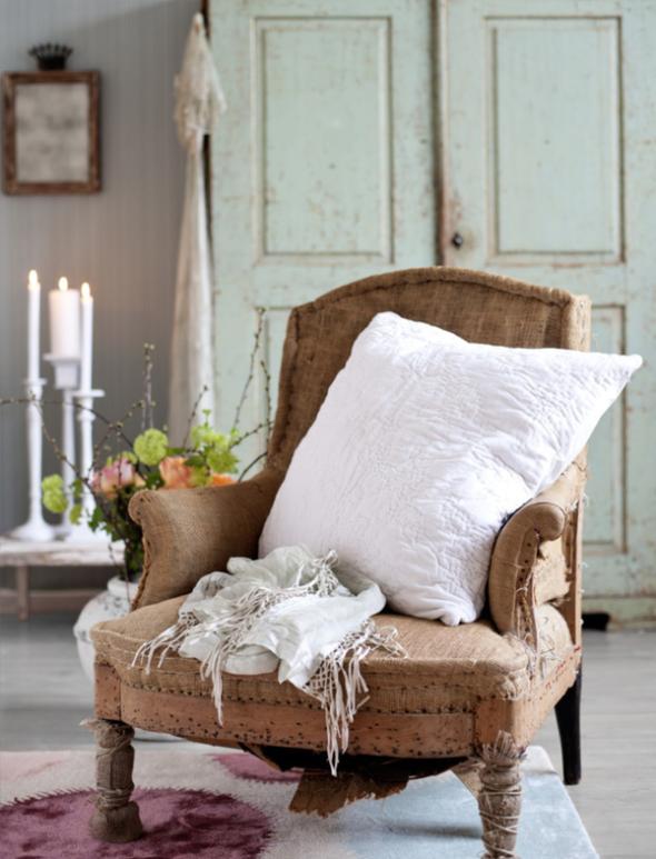 Ovde je udobnost imperativ! Ogromna, topla, pomalo oronula fotelja kao omiljeno mesto za odmaranje ili čitanje